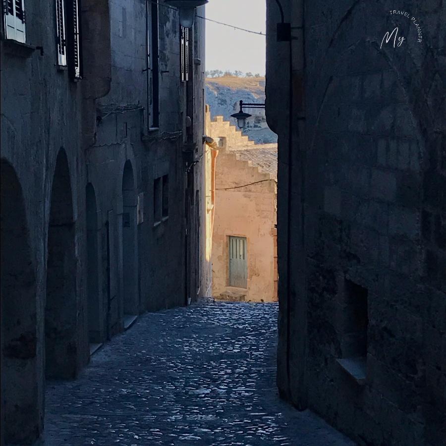 i vicoli di Matera all'alba
