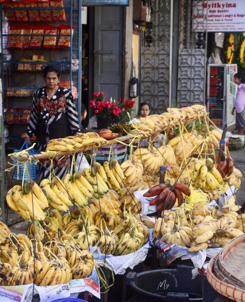 Banco di banane al mercato in Myanmar