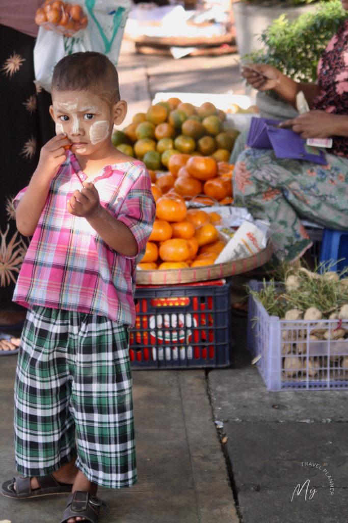 Bimbo birmano al mercato del mattino a Yangon