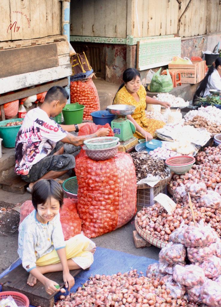 Famiglia birmana al mercato del mattino a yangon