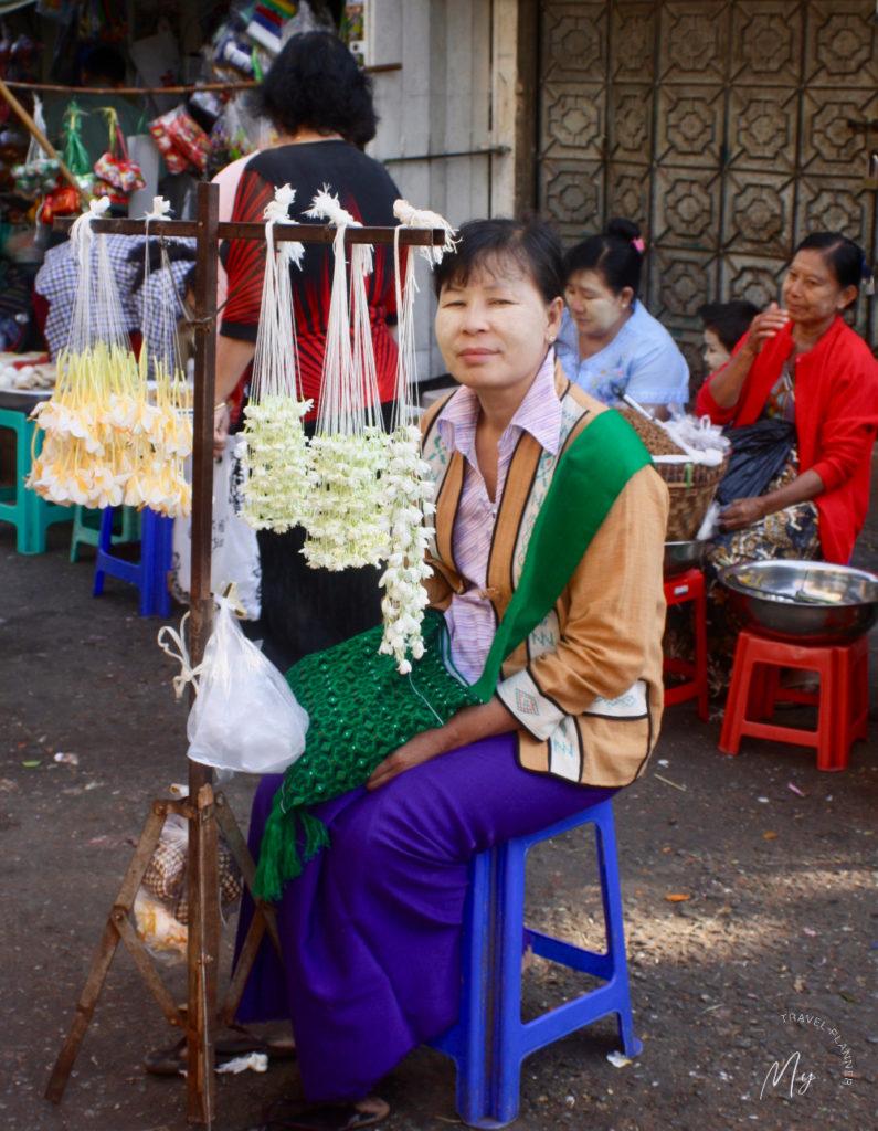 Venditrice di fili di fiori per le offerte