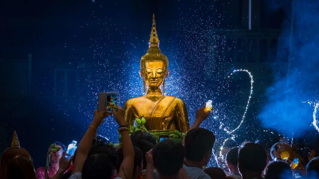 la statua del Buddha portata in processione