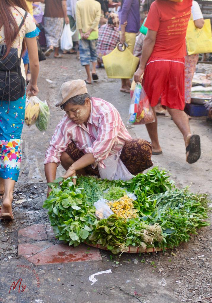 venditrice di verdura al mercato in Myanmar