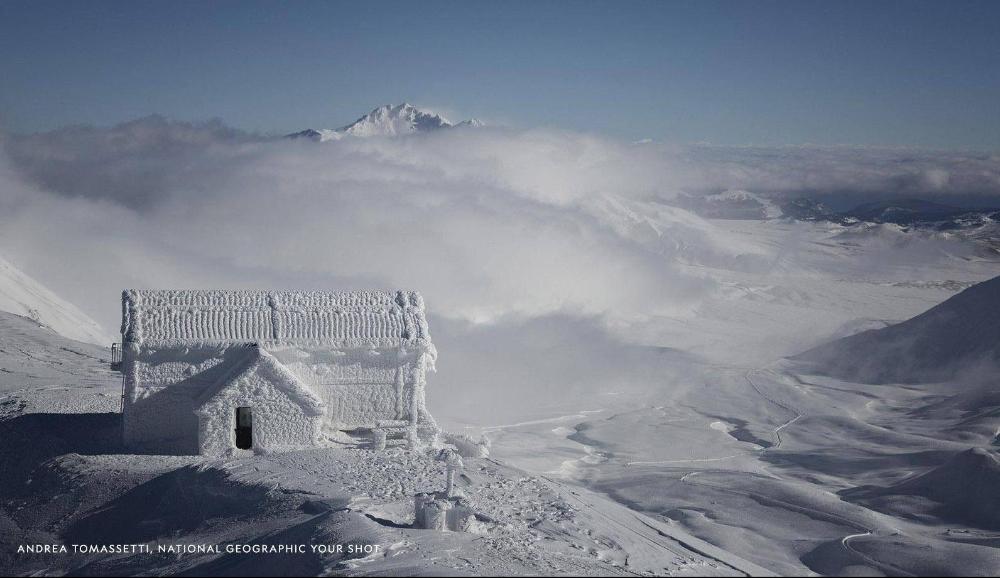 Rifugio Duca degli Abruzzi ricoperto di neve