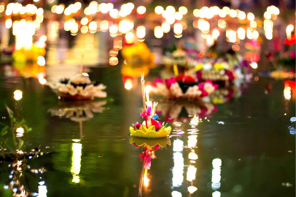 I Loi Krathong galleggiano in acqua