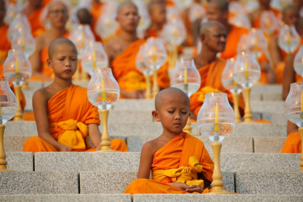 monaci bambini nel Makha Bucha
